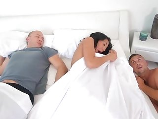 Horny wife cheats with her hubby sleeping keep abreast of to her