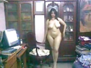 Heiße arabische Frau zerreißt Körper vor neuem Ehemann