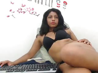 Horny Colombian slut trying to be professional and she loves her dildo