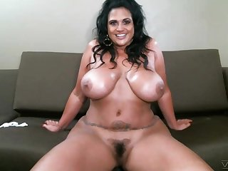 Webcam video of busty mature Kailani Kai playing with her pussy