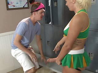 Kinky bombshell blonde babe Laela Pryce pegs a guy with a huge strapon