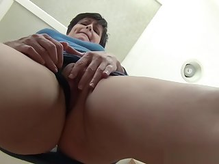 Upskirt Mommy - close-up virtual mom pov